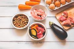 Ingrediënten voor voedsel voor huisdieren natuurlijk op houten achtergrond Royalty-vrije Stock Fotografie