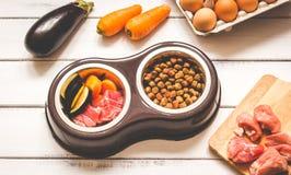Ingrediënten voor voedsel voor huisdieren natuurlijk op houten achtergrond Stock Foto's