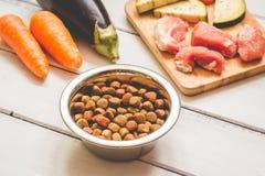 Ingrediënten voor voedsel voor huisdieren natuurlijk op houten achtergrond Stock Fotografie
