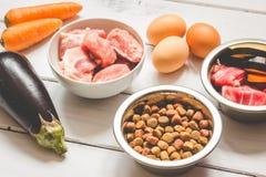 Ingrediënten voor voedsel voor huisdieren natuurlijk op houten achtergrond Royalty-vrije Stock Foto's