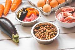 Ingrediënten voor voedsel voor huisdieren natuurlijk op houten achtergrond Royalty-vrije Stock Foto