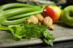 Ingrediënten voor Waldorf-salade - selderie, appelen, walnotes - fres stock afbeelding