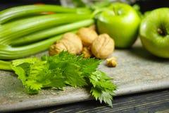 Ingrediënten voor Waldorf-salade - selderie, appelen, walnotes - fres stock foto