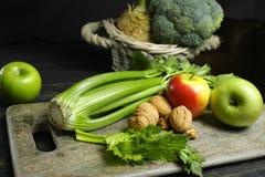 Ingrediënten voor Waldorf-salade - selderie, appelen, walnotes - fres Stock Afbeeldingen