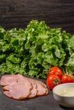 Ingredi?nten voor het koken Italiaanse bruschetta op donkere lijst Italiaanse bruschetta met kersentomaten, kaassaus, saladeblade royalty-vrije stock afbeelding