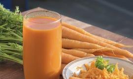 Ingrediens av sunda näringmorötter, i olik disk Arkivfoto