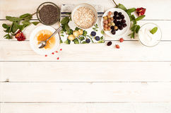 Ingrediens för att förbereda den sunda frukosten: chia mysli som frysas royaltyfria bilder