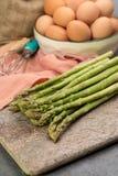 Ingrediens för den läckra gröna sparrispajen, smaklig vegetaria royaltyfri foto