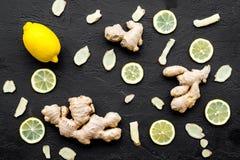 Ingrediens för värmete Den hela och skivade ingefäran rotar, citronen på bästa sikt för svart bakgrund royaltyfria bilder