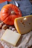 Ingrediens para el plato suizo estacional tradicional, la 'fondue' de la calabaza con quesos del gruyer y del emmental, la nata f fotografía de archivo