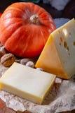 Ingrediens para el plato suizo estacional tradicional, la 'fondue' de la calabaza con quesos del gruyer y del emmental, la nata f foto de archivo