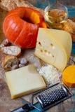 Ingrediens para el plato suizo estacional tradicional, la 'fondue' de la calabaza con quesos del gruyer y del emmental, el vino b fotos de archivo libres de regalías