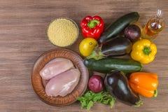 Ingrediensdiet-tabboulehsallad med grillad grönsaker, höna och couscous övre sikt kopiera avstånd arkivfoto