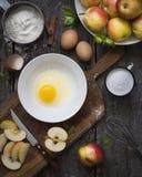 Ingredienser för äppelpajmatlagning, bästa sikt Royaltyfri Fotografi