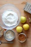 Ingredienser för äpplesmulpaj Royaltyfri Fotografi