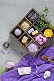 Ingredienser för aromatherapy och brunnsort, det aromatiska havet saltar och handdukar Naturliga skönhetsmedel, Spa sats för skön royaltyfri bild
