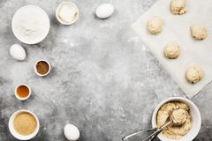 Ingredienser för att baka av kakor - mjöl, ägg, kryddor, vanilj Arkivfoton
