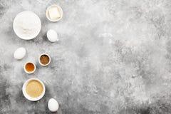 Ingredienser för att baka av kakor - mjöl, ägg, kryddor, vanilj Arkivbild