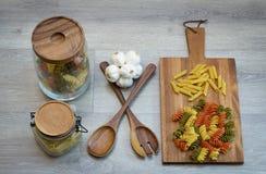 Ingredienser för att förbereda makaroni på en tabell jpg Royaltyfria Bilder