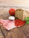 Ingredienser för att förbereda mat på träbräde arkivbilder