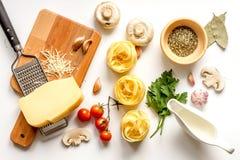 Ingredienser för att laga mat deg på bästa sikt för vit bakgrund Royaltyfria Foton