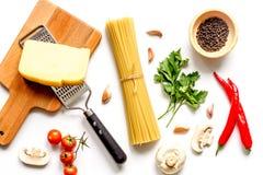 Ingredienser för att laga mat deg på bästa sikt för vit bakgrund Royaltyfri Fotografi