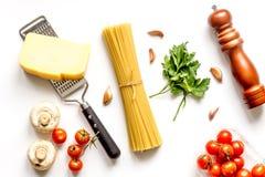 Ingredienser för att laga mat deg på bästa sikt för vit bakgrund Fotografering för Bildbyråer