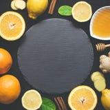 Ingredienser för att laga mat den sunda naturliga varma drycken och skärbrädan i mitten royaltyfri bild