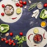 Ingredienser för att laga mat den vegetariska burritos fodrade ramen, med tomater, peppar, den kryddiga chili, havre, ost och vit arkivfoton