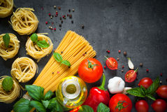 Ingredienser för att laga mat italiensk pasta Royaltyfri Foto