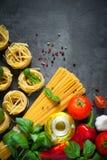 Ingredienser för att laga mat italiensk pasta Arkivbild