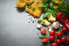 Ingredienser för att laga mat italiensk pasta Arkivfoto