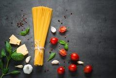 Ingredienser för att laga mat italiensk pasta Royaltyfri Fotografi