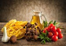 Ingredienser för att laga mat nudlar med champinjoner Royaltyfri Fotografi