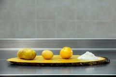 Ingredienser för att laga mat på ett träbräde Royaltyfri Bild