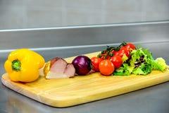 Ingredienser för att laga mat på ett träbräde Arkivfoto
