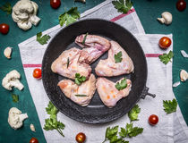 Ingredienser för att laga mat rå fega vingar fodrade cirkeln i den gamla järn- stekpannan tomater för en vitservettblomkål Arkivbild