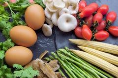 Ingredienser för att laga mat (tomatoe, champinjonen, ägg, sparriers) Arkivbild
