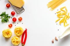 Ingredienser för att laga mat upp åtlöje för bästa sikt för bakgrund för deg vit Royaltyfri Fotografi