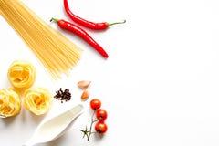 Ingredienser för att laga mat upp åtlöje för bästa sikt för bakgrund för deg vit Royaltyfri Foto