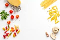 Ingredienser för att laga mat upp åtlöje för bästa sikt för bakgrund för deg vit Arkivfoto