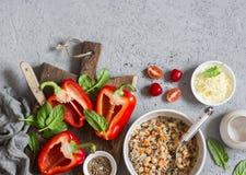 Ingredienser för att laga mat välfyllda spanska peppar för quinoa Bästa sikt, lekmanna- lägenhet Arkivbilder