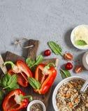 Ingredienser för att laga mat välfyllda spanska peppar för quinoa Bästa sikt, lekmanna- lägenhet Fotografering för Bildbyråer