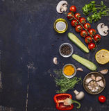 Ingredienser för att laga mat vegetariska mattomater på en filial, örter, gurka, citron, vitlök, olja, svartpeppar, paprika, cham Arkivbilder