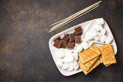 Ingredienser för att rosta marshmallower och att laga mat s-`-sedvänjor royaltyfri fotografi
