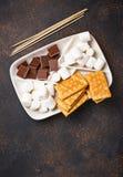 Ingredienser för att rosta marshmallower och att laga mat s-`-sedvänjor arkivfoto