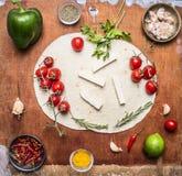 Ingredienser för bästa sikt burritos-, grönsak-, limefrukt-, krydda- och örtför trälantlig bakgrund royaltyfri fotografi