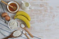 Ingredienser för bananpannkakor Arkivfoto
