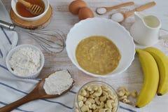Ingredienser för bananpannkakor Arkivbild