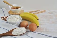 Ingredienser för bananpannkakor Arkivbilder